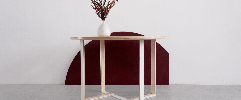 stół na ramie metalowej ze sklejki
