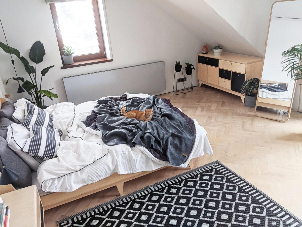 łóżko ze sklejki sypialnia